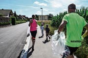 Joggingdress und Abfallsack: Frauenfelder Läufer bringen eine schwedische Idee in den Thurgau. (Bild: Maria Keller)