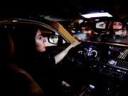 Um Mitternacht endete am heutigen Sonntag das jahrzehntelange Fahrverbot für Frauen in Saudi-Arabien - viele Neulenkerinnen probierten die gewonnene Freiheit noch in der Nacht aus. (Bild: KEYSTONE/AP/NARIMAN EL-MOFTY)