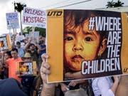Protest gegen die Trennung von Migranten-Kindern von ihren Eltern am Samstag in Homestead, Florida. (Bild: Keystone/EPA/CRISTOBAL HERRERA)