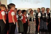 Das Jugendchörli Appenzell singt an der Vernissage. (Bild: Salome Bartolomeoli)