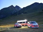 Einsatzfahrzeuge am Fusse des Unterhorns, wo der verunglückte Wanderer am Samstagabend entdeckt wurde. (Bild: Kantonspolizei Graubünden)