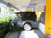 Erst die Wand des Postgebäudes in St. Gallen konnte das Auto aufhalten. (Bild: Stadtpolizei St. Gallen)
