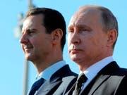 Der russische Präsident Putin (rechts) hat dem syrischen Machthaber Assad (links) mit einem Flugzeugangriff in Südsyrien erneut unter die Arme gegriffen. (Bild: KEYSTONE/AP POOL SPUTNIK KREMLIN/MIKHAIL KLIMENTYEV)