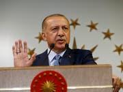 Der türkische Präsident Erdogan hat seinen Sieg bei den Parlaments- und Präsidentschaftswahlen am Sonntag erklärt. (Bild: KEYSTONE/AP/LEFTERIS PITARAKIS)