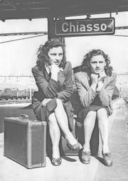 Italienische Arbeiterinnen bei der Einreise in Chiasso. Ab 1946 warb die Migros ledige Frauen aus Italien für eine Saison an. (Bild: Sozialarchiv Zürich)