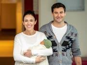 Die neuseeländische Premierministerin Jacinda Ardern zeigt sich am Sonntag mit ihrem neugeborenen Baby sowie ihrem Partner in der Öffentlichkeit. (Bild: KEYSTONE/EPA AAP/DAVID ROWLAND)