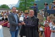 Die Übergabe des ersten Klosterweins (von links): Winzer Beat Burkhardt, Zunftmeister Bruno Engel und Pfarrer Patrick Ledergerber (Bild: Beat Christen (Engelberg, 24. Juni 2018))
