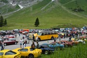 Das Saurer-Postauto war das grösste Fahrzeug am Oldtimertreffen auf der Schwägalp. Mit mehreren Autos, ausnahmsweise auch mit jüngeren als 30 Jahre, reiste der geladene Corvette-Club an. (Bild: Martin Schneider)