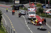 Rettungskräfte kümmern sich um den gestürzten Töfflenker. (Bild: Geri Holdener, Schwyz, 24. Juni 2018)