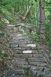 H.R. Fricker beschriftete Treppenstufen mit Berufsbezeichnungen.