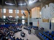 Die AfD legt in Deutschland in der Wählergunst laut einer Umfrage zu.(Archivbild Deutscher Bundestag) (Bild: KEYSTONE/AP/MARKUS SCHREIBER)