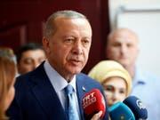 Recep Tayyip Erdogan am Sonntagmittag in einem Wahllokal in Istanbul. (Bild: Keystone/AP/LEFTERIS PITARAKIS)