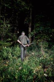 Unterwegs in seinem Revier: ein Jäger auf der Pirsch. (Bild: Benjamin Manser (12.Oktober 2017))