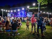 Ein farbenfrohes Fest bis tief in die Nacht: Die 27. Ausgabe der Fête de la Musique war laut den Organisatoren erfolgreich. (Bild: KEYSTONE/MARTIAL TREZZINI)