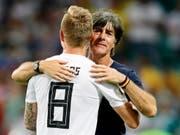 Der deutsche Bundestrainer Joachim Löw wusste, bei wem er sich nach dem Sieg gegen Schweden zu bedanken hatte (Bild: KEYSTONE/EPA/RONALD WITTEK)