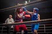 Die Amateur-Boxerin Corinna Widmer (links) kämpft gegen die mehrfache Schweizer Meisterin Sandra Brügger. Bild: Benjamin Manser