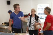 Philipp Odermatt erklärt Besucherinnen mit Stolz seine Arbeit. (Bild: PD)