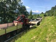 Der Holztragbinder auf dem Ausnahmetransport kippte auf eine Stützmauer. Für die Bergung war die Brünigstrasse am frühen Montagabend mehrmals gesperrt. (Bild: Kantonspolizei Obwalden)