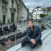 Benedikt von Peter auf dem Jesuitenplatz, wo gerade die «Jedermann»-Bühne abgebaut wird. (Bild: Pius Amrein, Luzern, 23. Juni 2018)