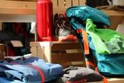 Trinkflasche, gutes Schuhwerk, Trekkinghose und wasserfeste Kleidung: Mit einer Checkliste (siehe unten) stellt man sicher, dass auch nichts vergessen geht. (Bild: Migros)