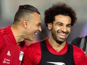Essam El-Hadary (links) und Stürmerstar Mohamed Salah sind zum Scherzen aufgelegt (Bild: KEYSTONE/AP/AMR NABIL)
