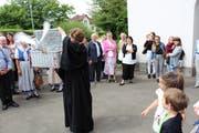 Die Kemmentaler Pfarrerin Rosemarie Hoffmann entlässt die Tauben in die Freiheit. (Bild: Manuela Olgiati)