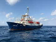 Die Besatzung des in Italien und in Malta abgewiesenen Rettungsschiffs «Lifeline» mit rund 230 Menschen an Bord hat in Spanien und in Frankreich um Hilfe gebeten. (Bild: KEYSTONE/EPA MISSION LIFELINE/AXEL STEIER / HANDOUT)