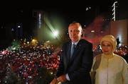 Der türkische Präsident Erdogan feiert den Wahlsieg gemeinsam mit seiner Frau Emine. (Bild: Kayhan Ozer/Getty (Ankara, 25. Juni 2018))
