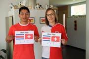 Adan Perez Hernandez aus Costa Rica ist mit seinem WM-Tipp weniger optimistisch für sein Team als seine Frau Hazel aus Sevelen, die sich ein doppeltes Fan-Shirt geschneidert hat. (Bild: Heini Schwendener)