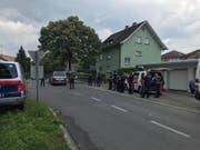 In Bregenz ist am Montagmorgen eine 27-jährige Frau bei einem Sturz aus einem Fenster getötet worden. Ihr Partner stürzte sich aus dem selben Fenster, nachdem er sich zuvor verbarrikadiert hatte. Er wurde nicht lebensgefährlich verletzt. (Bild: Facebook Landespolizeidirektion Vorarlberg)