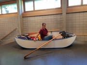 Sechs Tage lang war Sina Manhart im Faltboot unterwegs. Bei der Präsentation ihrer Arbeit stellte sie es im Schulhaus aus. (Bild: Angelina Donati)