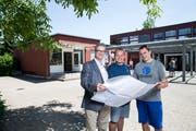 Der Pavillon links geht an die Pfadi (v.l.): Gemeinderat Robert Odermatt sowie Lukas Niederberger und Maik Künzli von der IG Pfadiheim. (Bild: Manuela Jans-Koch (Horw, 22. Juni 2018))