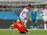 Hart erkämpftes Unentschieden: Spaniens Andres Iniesta im Zweikampf mit Marokkos Younes Belhanda (Bild: KEYSTONE/AP/CZAREK SOKOLOWSKI)