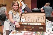 Die zehnjährige Shayenne Baumann als jüngste Anbieterin zeigt ihre Schlüsselanhänger. (Bild: Andreas Taverner)