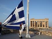 Die Kreditwürdigkeit Griechenlands wird durch die Ratingagentur S&P besser benotet - das gibt Erleichterungen bei Zinszahlungen. (Bild: KEYSTONE/AP/THANASSIS STAVRAKIS)