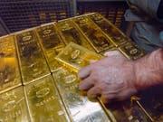 Mehr Gold exportiert als importiert: Die Schweiz erzielte im ersten Quartal 2018 vor allem wegen des Goldhandels ein höherer Leistungsbilanzüberschuss als in der Vorjahresperiode. (Bild: KEYSTONE/MARTIN RUETSCHI)