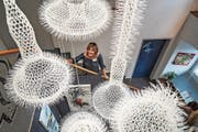 Die Tuttwiler Künstlerin Paola Walter zeigt im Treppenhaus ihre Kreationen aus Kabelbindern. (Bild: Maya Heizmann)