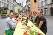 Test in kleinerem Rahmen: Das Team um Kurt Pauli (vorne links) hat bereits an einem Tisch in der Marktgasse Platz genommen. (Bild: PD/Augustin Saleem)