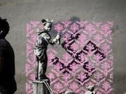 Auf Twitter wird gejubelt: Banksy ist zum ersten Mal in Paris! Bisher sind in der französischen Hauptstadt sechs mutmassliche Motive des Inkognito-Künstlers aufgetaucht. Hier ein Flüchtlingsmädchen, das ein Hakenkreuz mit einem rosa Blumenmuster übersprayt. (Twitter) (Bild: Twitter)