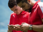 Unkontrollierbarer Social-Media-Dschungel: Ein falsches Emoji von Granit Xhaka (links) und Ricardo Rodriguez kann genügen, um einen tagelangen Shitstorm auszulösen (Bild: KEYSTONE/TI-PRESS/GABRIELE PUTZU)