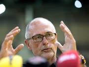 Stellt sich bedingungslos hinter sein Team mit Captain Stephan Lichtsteiner: SFV-Präsident Peter Gilliéron (Bild: KEYSTONE/LAURENT GILLIERON)