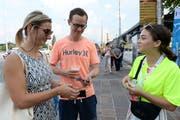 Eine Helferin verkauft am Luzerner Fest zwei Besuchern Festabzeichen. (Bild: PD)