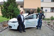 Gemeindepräsident Rolf Züllig und Patrizia Egloff, Leiterin der Geschäftsstelle Energietal Toggenburg, nehmen das Elektrofahrzeug von Mark Ritzmann, Geschäftsführer von Sponti-Car, in Empfang. (Bild: Sabine Schmid)
