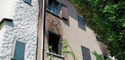 Der Brand vom Samstag hat am Haus Bellvuestrasse 1a in Rorschach sichtbare Spuren hinterlassen. (Bild: Rudolf Hirtl)