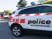 Vier Beamte der Neuenburger Kantonspolizei wurden beim Einsatz leicht verletzt. (Bild: KEYSTONE/THOMAS DELLEY)