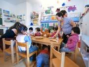 Vor allem Kindergartenlehrerinnen und -lehrer beklagen sich über ungerechte Löhne. (Bild: KEYSTONE/GAETAN BALLY)