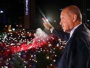 Erdogan zeigt sich am frühen Montagmorgen in Ankara vor seinen Anhängern. (AP)