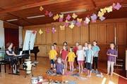 Anita Flükiger und ihr Schulchor Singvögel im Singsaal des Hubschulhauses. (Bild: Judith Meyer)