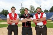 Die Toggenburger Damian Ott, Dreien, Michael Rhyner, Flawil, und Daniel Bösch, Zuzwil (von links), feiern den Kranz beim Nordostschweizer Schwingfest in Herisau. (Bild: Pascal Schönenberger)