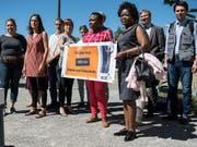 Menschenrechtsaktivistinnen und -aktivisten mit der Petition, die von der Schweiz die Anwendung des Istanbul-Protokolls zum Schutz von Folteropfern fordert. Auch die Baskin Nekane Txapartegi (2.v.l.) war dabei. (Bild: KEYSTONE/PETER SCHNEIDER)